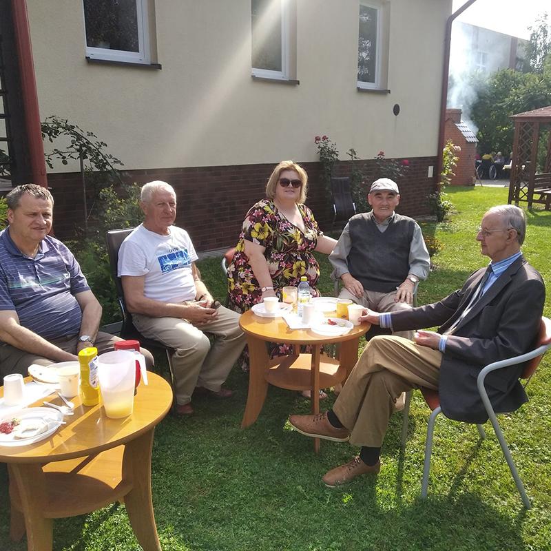 Seniorzy z Dziennego Domu Pomocy Społecznej w Koninie uczestniczą w grillu zorganizowanym z okazji pożegnania lata.