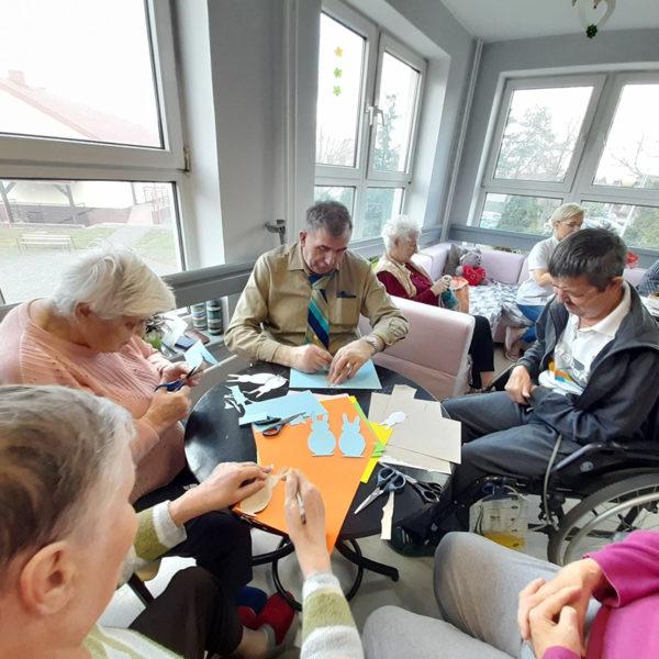 Zajęcia z papieroplastyki . Mieszkańcy Domu Pomocy Społecznej w Koninie wycinają papierowe ozdoby na kartki wielkanocne